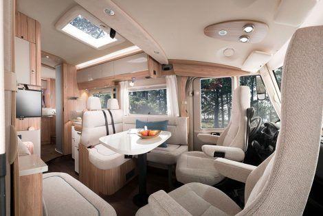 Hymermobil_B-Klasse_CL_698_Ambition_Sitzgruppe_Blick_von_Beifahrerseite