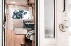 Hymermobil_B-Klasse_CL_698_Ambition_Sitzgruppe_Blick_von_aussen_druch_Tuere